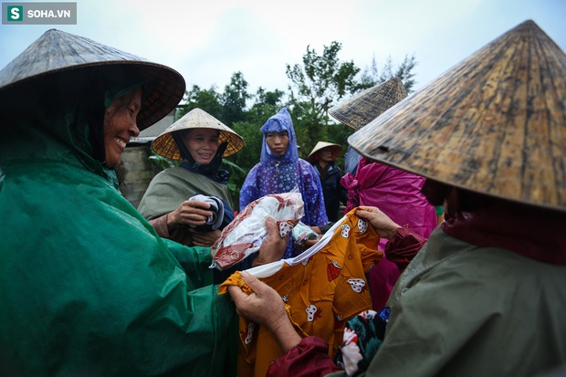 Ảnh: Người phụ nữ ở Quảng Bình lao ra dòng nước lũ xin đồ ăn cho mẹ già bật khóc khi được cứu hộ khỏi ghe lật - Ảnh 11.