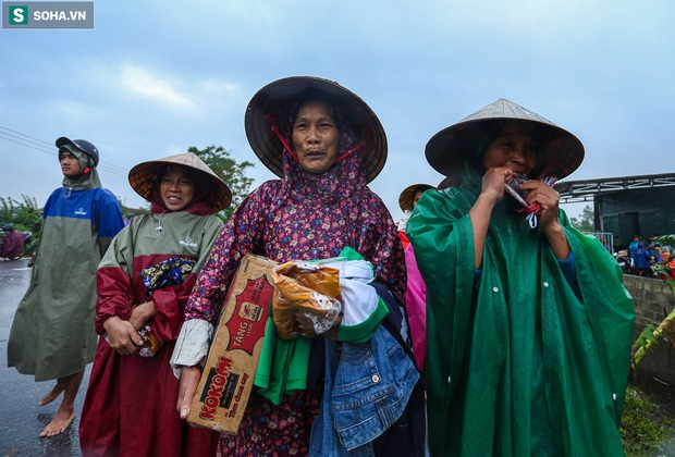 Ảnh: Người phụ nữ ở Quảng Bình lao ra dòng nước lũ xin đồ ăn cho mẹ già bật khóc khi được cứu hộ khỏi ghe lật - Ảnh 12.