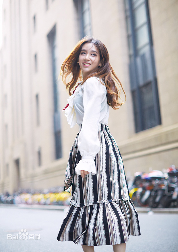 Soi nhan sắc đẹp hoàn hảo từ mặt cho tới body của những nữ BLV nổi tiếng nhất làng LMHT Trung Quốc - Ảnh 4.