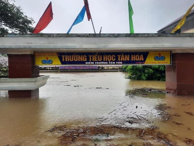 Hình ảnh trường học ở miền Trung ngập trong biển nước, sách vở và thiết bị tan hoang trong đống bùn, ai nhìn cũng quặn thắt tim  - Ảnh 3.