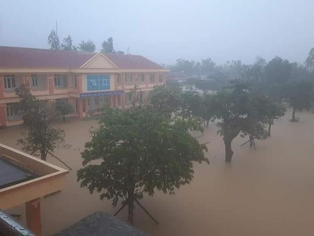 Hình ảnh trường học ở miền Trung ngập trong biển nước, sách vở và thiết bị tan hoang trong đống bùn, ai nhìn cũng quặn thắt tim  - Ảnh 4.