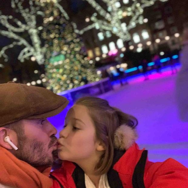 David Beckham thản nhiên hôn môi con gái út Harper, khiến dân mạng tranh cãi dữ dội - Ảnh 4.