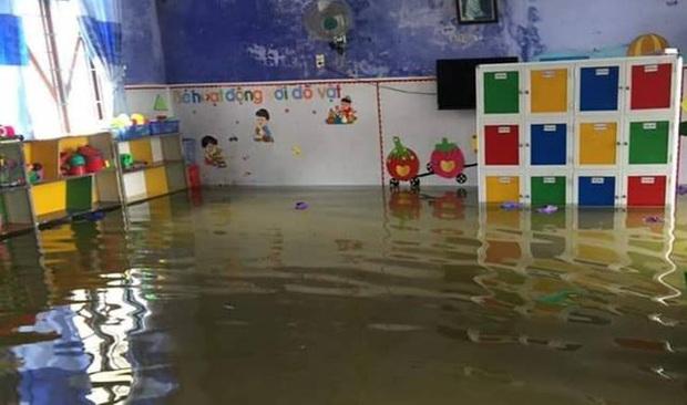 Hình ảnh trường học ở miền Trung ngập trong biển nước, sách vở và thiết bị tan hoang trong đống bùn, ai nhìn cũng quặn thắt tim  - Ảnh 6.