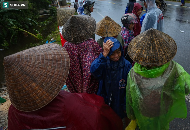 Ảnh: Người phụ nữ ở Quảng Bình lao ra dòng nước lũ xin đồ ăn cho mẹ già bật khóc khi được cứu hộ khỏi ghe lật - Ảnh 6.
