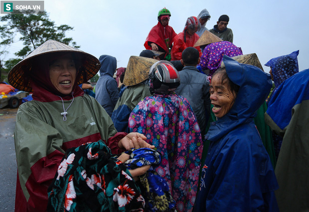 Ảnh: Người phụ nữ ở Quảng Bình lao ra dòng nước lũ xin đồ ăn cho mẹ già bật khóc khi được cứu hộ khỏi ghe lật - Ảnh 8.