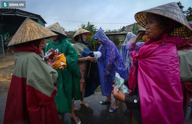 Ảnh: Người phụ nữ ở Quảng Bình lao ra dòng nước lũ xin đồ ăn cho mẹ già bật khóc khi được cứu hộ khỏi ghe lật - Ảnh 9.