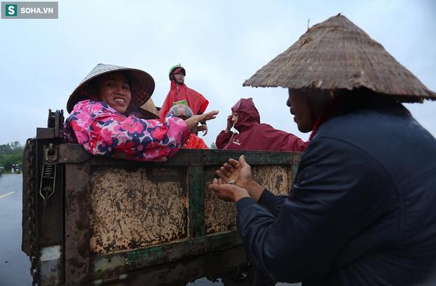 Ảnh: Người phụ nữ ở Quảng Bình lao ra dòng nước lũ xin đồ ăn cho mẹ già bật khóc khi được cứu hộ khỏi ghe lật - Ảnh 10.