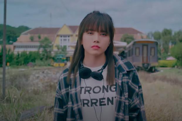 Lại phát hiện Thiều Bảo Trâm mượn áo cũ của Sơn Tùng để mặc trong MV mới, đến nam chính cũng do người thương mai mối? - Ảnh 3.