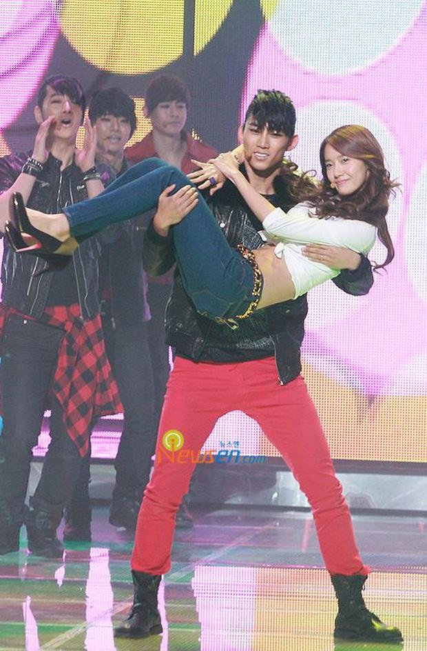 Những sân khấu collab nam nữ huyền thoại: YoonA và nam thần 2PM bị nghi hẹn hò vì quá tình, sốc nhất vẫn là T.O.P và Lee Hyori hôn nhau - Ảnh 3.