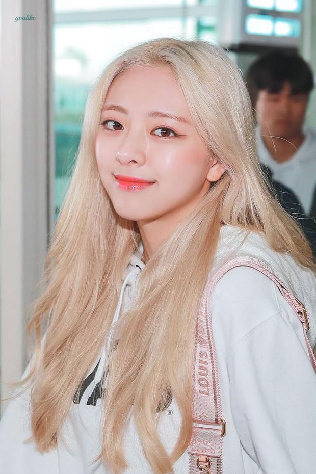 8 nữ idol xinh đến mức camera không bắt trọn được vẻ đẹp: Jennie ngoài đời thần thánh hơn, loạt búp bê sống Kbiz khiến fan sốc visual - Ảnh 11.