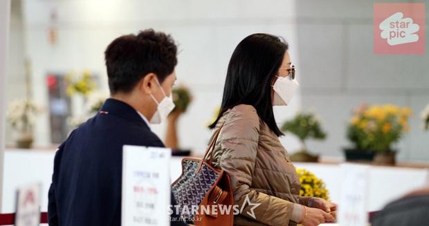 Điên nữ Seo Ye Ji ra sân bay thôi cũng ngầu muốn xỉu, choáng nhẹ khi nàng bỏ kính khoe mặt mộc và sống mũi đòi mạng - Ảnh 2.