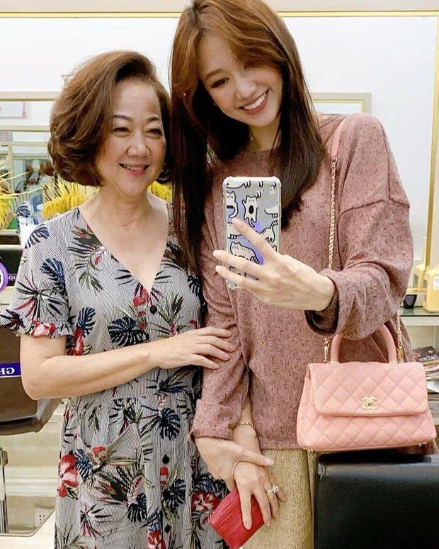 Trấn Thành đăng ảnh gia đình tụ hội mừng sinh nhật mẹ, Hari Won gây chú ý vì ngày càng giống mẹ chồng - Ảnh 4.