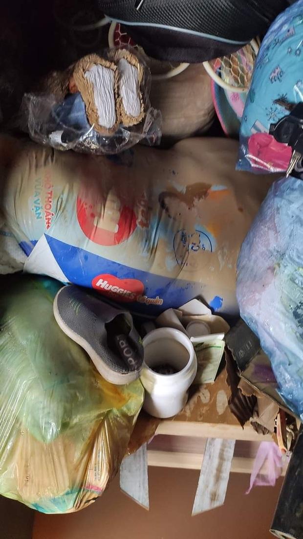 Khung cảnh nhà cửa tan hoang sau trận đại hồng thuỷ ở Quảng Bình: Tài sản bị ngâm nước nhầy nhụa bùn đất, thóc mọc mầm, vật nuôi ch.ế.t hàng loạt - Ảnh 6.