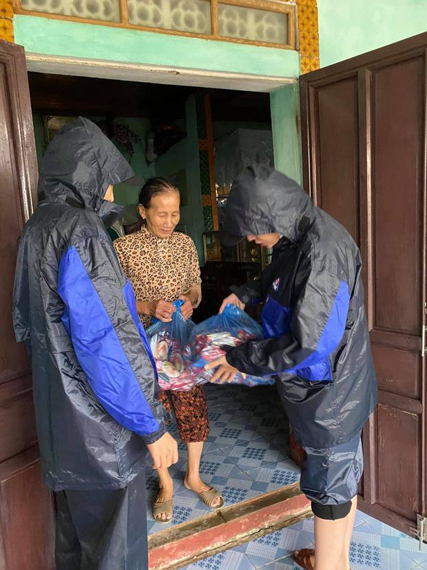 Minh Triệu và Kỳ Duyên gặp sự cố lật thuyền trong lúc phát quà cứu trợ bà con vùng lũ, cập nhật tình hình hiện tại - Ảnh 5.