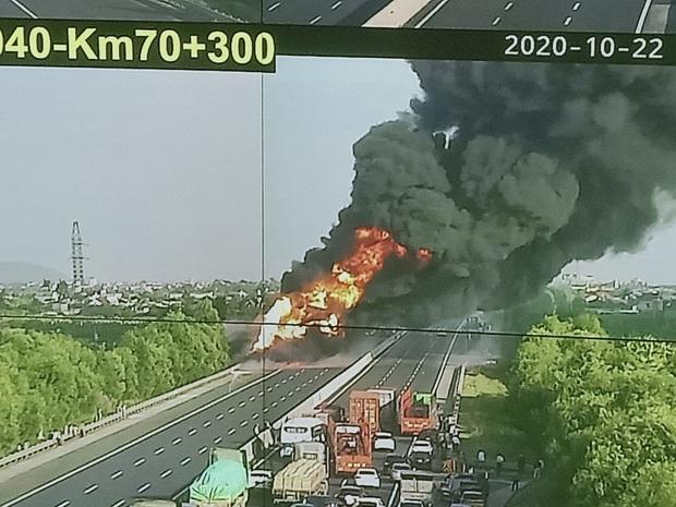 Xe chở dầu bốc cháy dữ dội trên cao tốc Hà Nội - Hải Phòng - Ảnh 1.