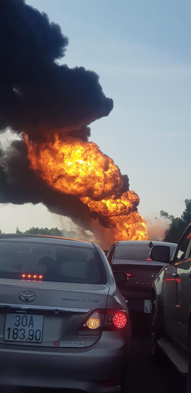 Xe chở dầu bốc cháy dữ dội trên cao tốc Hà Nội - Hải Phòng - Ảnh 2.