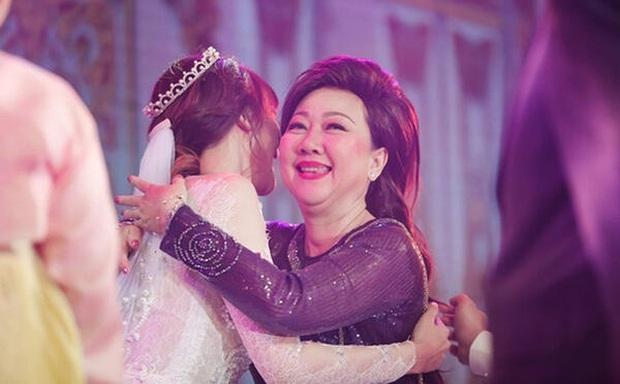 Trấn Thành đăng ảnh gia đình tụ hội mừng sinh nhật mẹ, Hari Won gây chú ý vì ngày càng giống mẹ chồng - Ảnh 5.