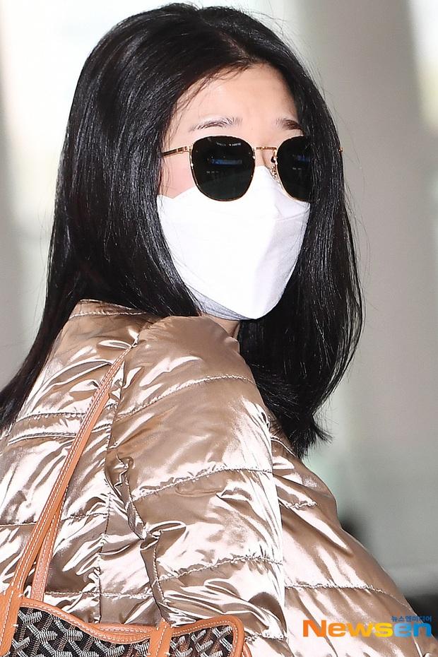 Điên nữ Seo Ye Ji ra sân bay thôi cũng ngầu muốn xỉu, choáng nhẹ khi nàng bỏ kính khoe mặt mộc và sống mũi đòi mạng - Ảnh 5.
