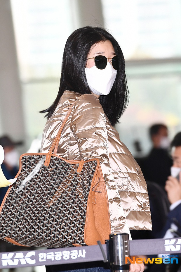 Điên nữ Seo Ye Ji ra sân bay thôi cũng ngầu muốn xỉu, choáng nhẹ khi nàng bỏ kính khoe mặt mộc và sống mũi đòi mạng - Ảnh 4.