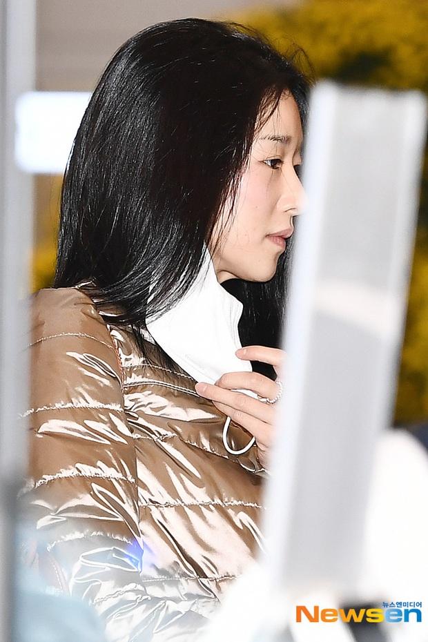 Điên nữ Seo Ye Ji ra sân bay thôi cũng ngầu muốn xỉu, choáng nhẹ khi nàng bỏ kính khoe mặt mộc và sống mũi đòi mạng - Ảnh 6.