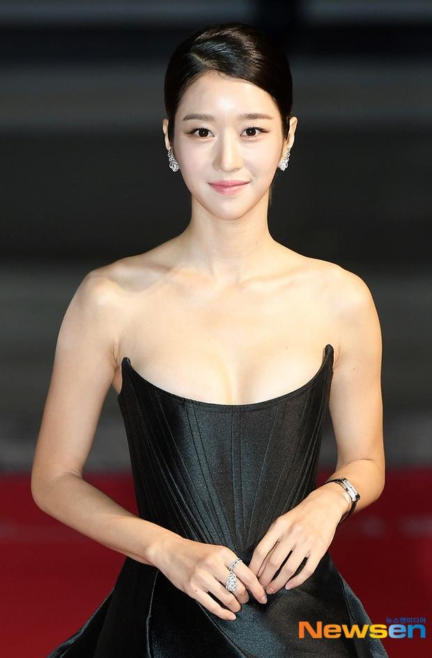 2 màn combo siêu trễ nải, o ép vòng 1 bức thở nhất Kbiz: Điên nữ Seo Ye Ji làm nổ thảm đỏ, nhìn Sunmi mà thót tim! - Ảnh 6.