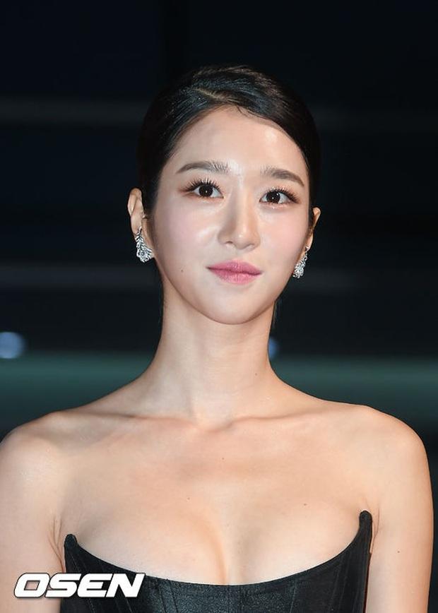 2 màn combo siêu trễ nải, o ép vòng 1 bức thở nhất Kbiz: Điên nữ Seo Ye Ji làm nổ thảm đỏ, nhìn Sunmi mà thót tim! - Ảnh 7.