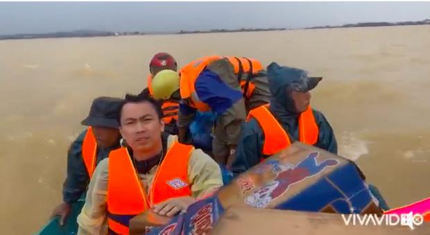 Hồ Việt Trung chính thức lên tiếng khi bị chỉ trích vì quăng quà cứu trợ cho người dân miền Trung, Tiến Luật vào trấn an - Ảnh 4.