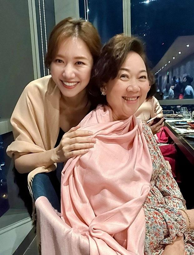Trấn Thành đăng ảnh gia đình tụ hội mừng sinh nhật mẹ, Hari Won gây chú ý vì ngày càng giống mẹ chồng - Ảnh 3.