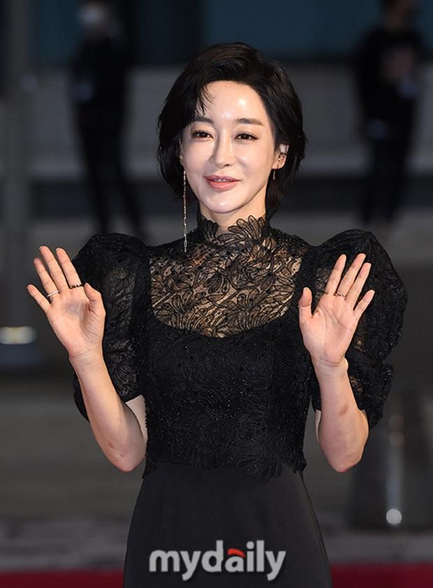 Thảm đỏ nóng nhất hôm nay: Điên nữ Seo Ye Ji bức tử vòng 1 như sắp tràn, đè bẹp tài tử Lee Byung Hun và dàn sao Ký Sinh Trùng - Ảnh 10.