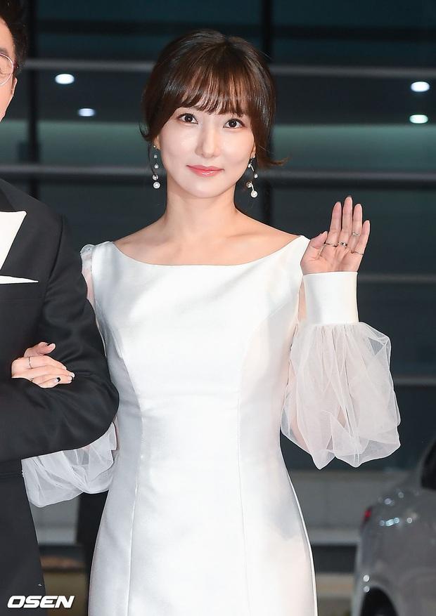 Thảm đỏ nóng nhất hôm nay: Điên nữ Seo Ye Ji bức tử vòng 1 như sắp tràn, đè bẹp tài tử Lee Byung Hun và dàn sao Ký Sinh Trùng - Ảnh 9.