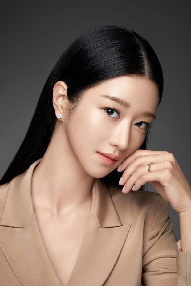 Điên nữ Seo Ye Ji ra sân bay thôi cũng ngầu muốn xỉu, choáng nhẹ khi nàng bỏ kính khoe mặt mộc và sống mũi đòi mạng - Ảnh 9.