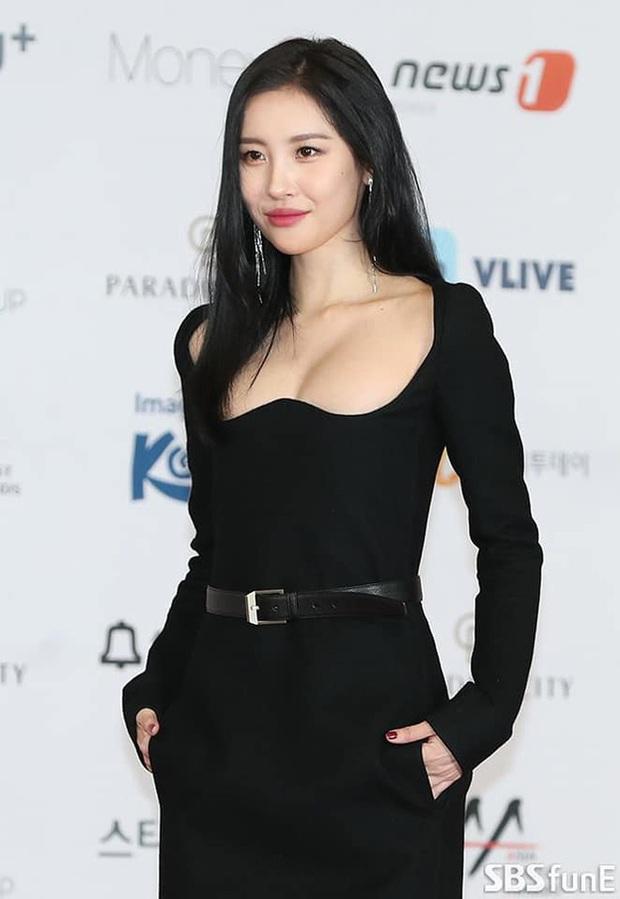 2 màn combo siêu trễ nải, o ép vòng 1 bức thở nhất Kbiz: Điên nữ Seo Ye Ji làm nổ thảm đỏ, nhìn Sunmi mà thót tim! - Ảnh 10.