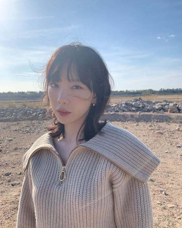 Taeyeon và Hà Tăng lăng xê xu hướng tóc mái che mặt bánh bao, trán sân bay cực kỳ lợi hại - Ảnh 2.