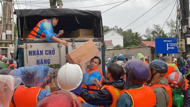Hồ Việt Trung chính thức lên tiếng khi bị chỉ trích vì quăng quà cứu trợ cho người dân miền Trung, Tiến Luật vào trấn an - Ảnh 5.