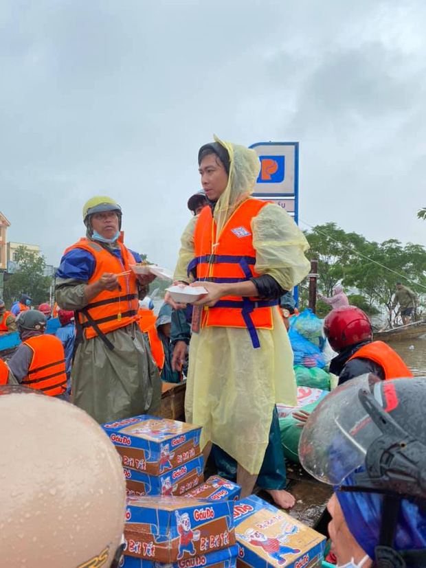 Hồ Việt Trung chính thức lên tiếng khi bị chỉ trích vì quăng quà cứu trợ cho người dân miền Trung, Tiến Luật vào trấn an - Ảnh 6.