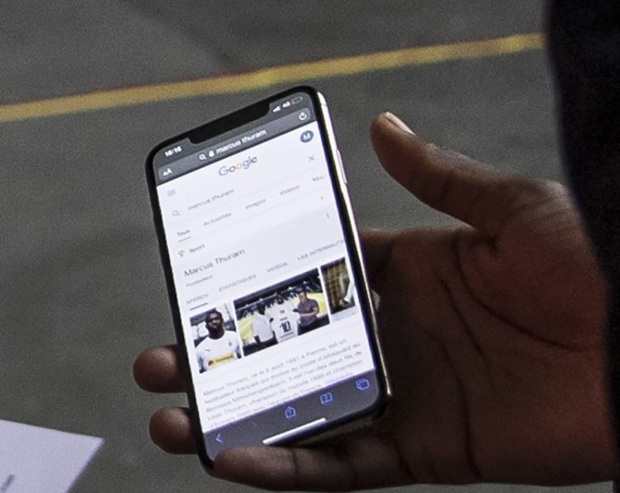 Bất cẩn quên sạch giấy tờ khi đến sân, sao bóng đá đành phải mở điện thoại nhờ chị Google và nhận về cái kết cực may mắn - Ảnh 2.