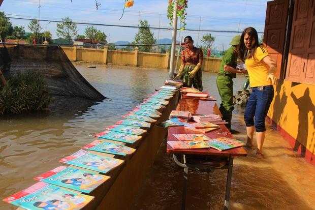 Lũ rút, giáo viên lội nước cao nửa mét vào trường mò tìm sách cho trò - Ảnh 10.