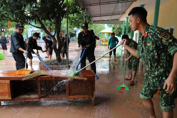 Lũ rút, giáo viên lội nước cao nửa mét vào trường mò tìm sách cho trò - Ảnh 13.