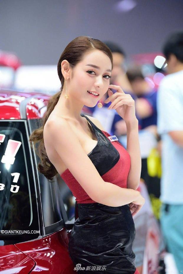 Mẫu nữ xe hơi nổi tiếng sau 1 đêm vì giống Địch Lệ Nhiệt Ba đến 99%, body nuột nà chẳng kém bản chính? - Ảnh 3.