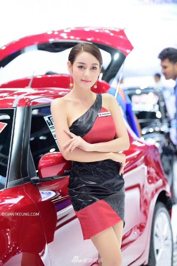 Mẫu nữ xe hơi nổi tiếng sau 1 đêm vì giống Địch Lệ Nhiệt Ba đến 99%, body nuột nà chẳng kém bản chính? - Ảnh 2.