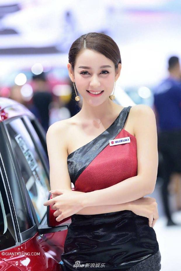 Mẫu nữ xe hơi nổi tiếng sau 1 đêm vì giống Địch Lệ Nhiệt Ba đến 99%, body nuột nà chẳng kém bản chính? - Ảnh 4.