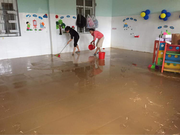 Quảng Bình: Giáo viên dọn lũ cùng nước rút - Ảnh 3.