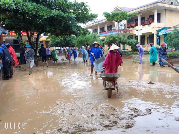 Quảng Bình: Giáo viên dọn lũ cùng nước rút - Ảnh 5.