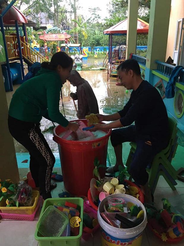 Quảng Bình: Giáo viên dọn lũ cùng nước rút - Ảnh 9.