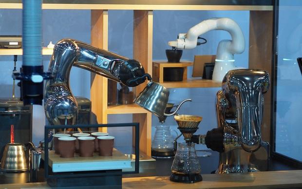 Người Việt lần đầu tiên được trải nghiệm robot pha cà phê - Ảnh 5.