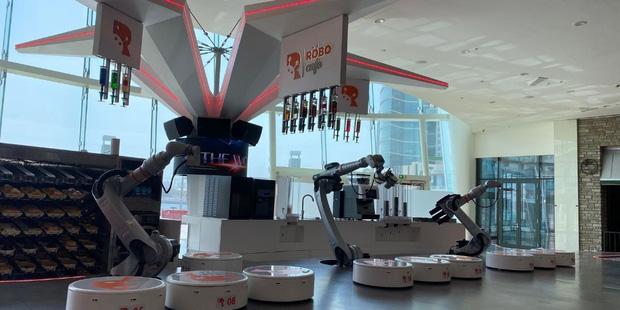 Người Việt lần đầu tiên được trải nghiệm robot pha cà phê - Ảnh 4.