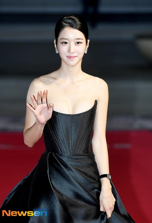 Thảm đỏ nóng nhất hôm nay: Điên nữ Seo Ye Ji bức tử vòng 1 như sắp tràn, đè bẹp tài tử Lee Byung Hun và dàn sao Ký Sinh Trùng - Ảnh 4.