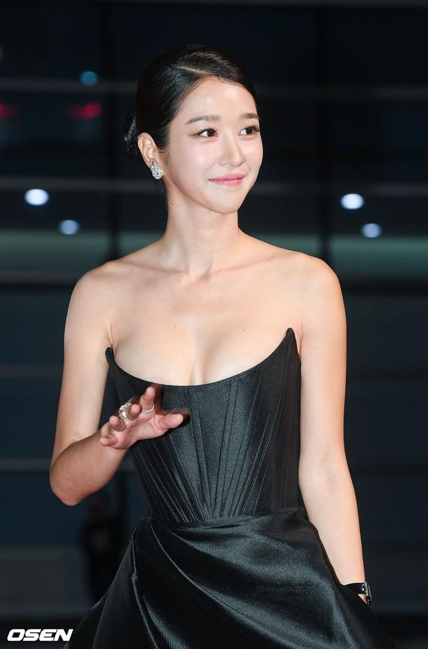 2 màn combo siêu trễ nải, o ép vòng 1 bức thở nhất Kbiz: Điên nữ Seo Ye Ji làm nổ thảm đỏ, nhìn Sunmi mà thót tim! - Ảnh 5.