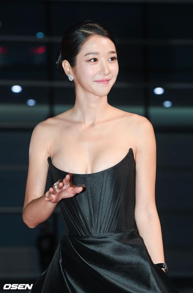 Thảm đỏ nóng nhất hôm nay: Điên nữ Seo Ye Ji bức tử vòng 1 như sắp tràn, đè bẹp tài tử Lee Byung Hun và dàn sao Ký Sinh Trùng - Ảnh 5.