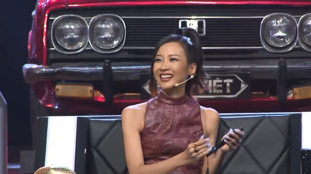 Suboi bỗng hóa thành... bà hội đồng diện áo dài, cầm quạt phe phẩy cực ngầu trên ghế nóng Rap Việt - Ảnh 3.